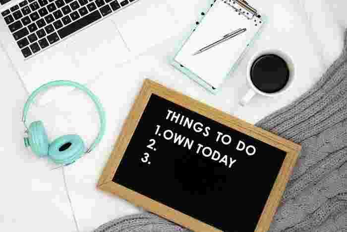 早起きしても「今日は何から始めるか」が具体的に決まっていないと、何となく迷ううちに、無駄にネットサーフィンや掃除など始めてしまい、時間を浪費する原因にも。  必ず、前日の寝る前までに翌日取りかかることを明確にしておきましょう。 翌朝のゴールデンタイムを無駄にすることなく勉強をスタートできますよ。