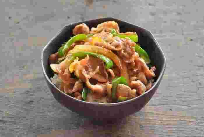 大胆に大きな口で食べたい豪快な丼です。豚肉は小間切れ肉や切り落としなどお好みの部位を使い、あわせて玉ねぎ、ピーマンと一緒に炒め合わせます。甘じょっぱいしょうゆベースのタレがやみつきの味わいに。