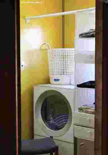 パジャマも吊り下げ収納を使って脱衣所で管理すれば、毎日のお風呂上りが楽になりますよ。IKEAのSKUBB(スクッブ)シリーズの吊り下げ収納は、ポリエステル製でメッシュタイプだから、湿気が気になる脱衣所にぴったり。種類別に分けたり、家族の分を分けたり、空いたスペースにタオルを入れたり、使い勝手もGOOD!