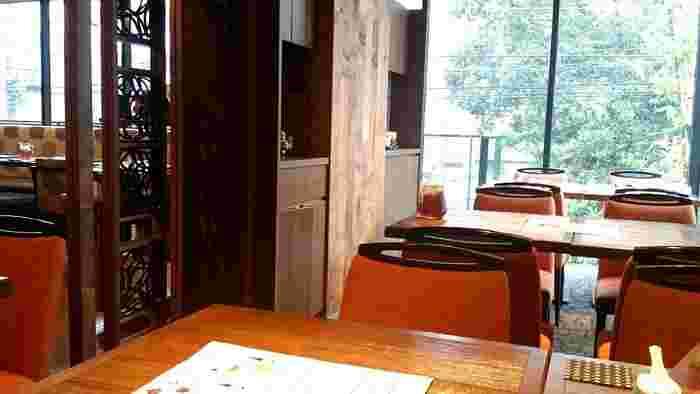 高級感のある上品な雰囲気の店内は、ガラス張りで開放感があります。10名から利用できる個室もあるため、幅広いシーンで利用できそうです。