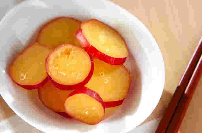 ちょっとあまいサツマイモの蜂蜜レモン煮。 秋にピッタリのうれしいメニューです。