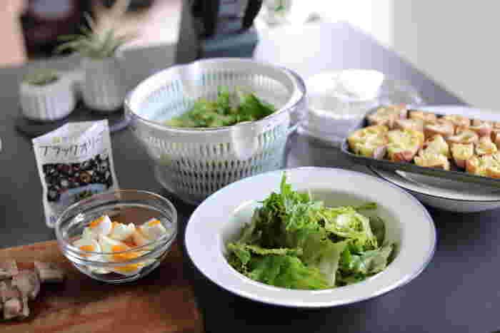 収納時にハンドルをたためば、コンパクトに収納ができるだけでなく、22.1 x 22.1 x 14 cmサイズなので冷蔵庫にもいれやすく、そのまま野菜を保存できます。また、デザイン性にすぐれたクリアなボウルはそのまま食卓に器として出しても絵になり素敵。