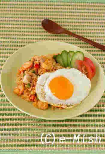 インドネシアの焼き飯料理「ナシゴレン」は、甘辛味とカラフルな見た目が食欲をそそります。  アジア料理では定番のナンプラーとスイートチリソースの他に、ケチャップなど普段家にある調味料で味が決まります。 お子さん用にはスイートチリソースや唐辛子を減らして辛さ調整をすれば同じメニューを楽しめますよ。