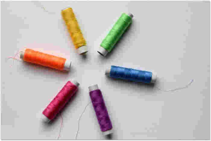 糸はポリエステル糸が最も適しているそうです。ない場合は、ミシン糸「#60」を使いましょう。 さらに、透明なスパンコールやビーズを縫うための透明糸があると良いですね。