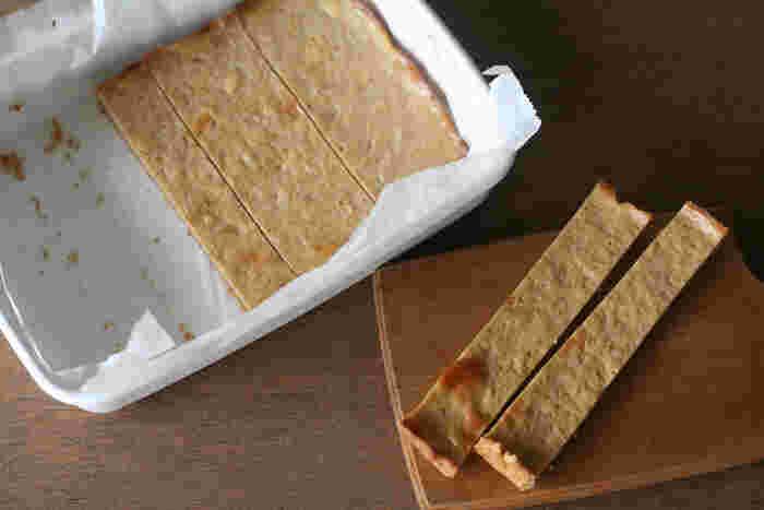 バットはスクエア型やロールケーキ型の代わりとして、色々なケーキを焼くのに便利です。こちらもクッキングシートを敷いて使えます。シートの四隅に、中央に向かって切り込みを入れると敷きやすいですよ。