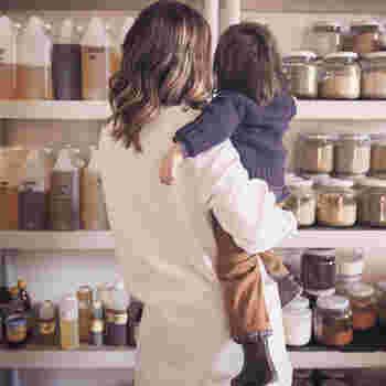 小さなお子さんが誤って原液に触れたり誤飲したりする事故を防ぐため、保管場所は子どもの手には届かない冷暗所を選んで下さい。また、3歳未満のお子さんには、マッサージやアロマバスなど肌に触れる形でのエッセンシャルオイルの使用はNG。軽い香りを楽しむ芳香浴程度に留めておきましょう。