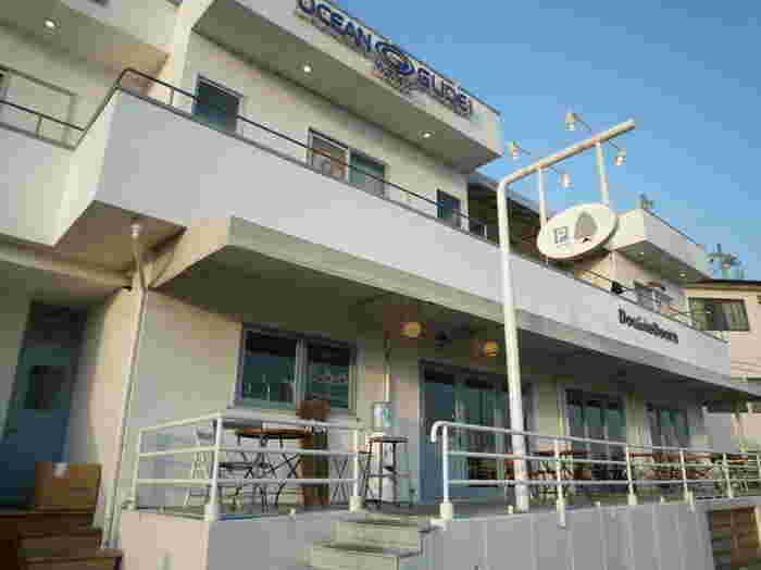 江ノ電・七里ヶ浜駅から徒歩約3分の所に位置する「ダブルドアーズ(DOUBLE DOORS)」。カリフォルニア料理を扱っており、白を基調とした開放感のある建物が目印です。