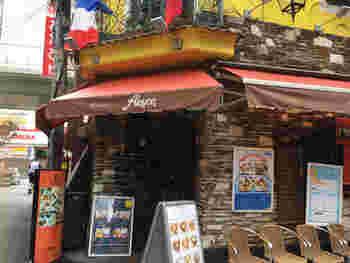 クレープリー・アルションは、大勢の観光客、買い物客で賑わう戎橋筋商店街近くにあり、大阪メトロなんば駅から徒歩約3分の立地にあるガレット(そば粉で作られた塩味のクレープ)、クレープの専門店です。
