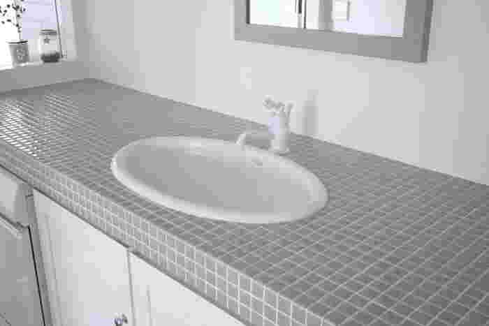 洗面台まわりは毎日サッと掃除するだけで汚れをかなり軽減できます。排水口に溜まった髪の毛などのゴミを取り、全体をスポンジでこすればOK。蛇口まわりも忘れないようにしましょう。最後にマイクロファイバ―クロスで水滴を拭いておけば、水垢を防止できます。