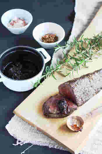 パーティーといえば、やはり欲しいローストビーフ。こちらは、フライパンを使って作れるお手軽レシピ。持ち寄りの主役メニューのひとつとして、ぜひリストにあげたいですね。