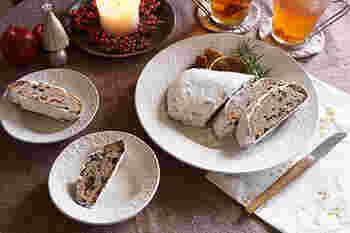 雪をイメージさせる白の食器は冬のイメージにぴったり。こちらはリムに小花やクロスの柄をあしらい、あえてツヤ消しの仕上げにすることで、凛とした中にもぬくもりを感じさせます。大きさと柄の異なる3枚を組み合わせた、贈り物にも最適なセットです。