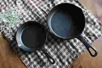 いつもの朝ごはん、手軽にグレードアップさせてみませんか♪ 今回は調理したまま食卓へ出せる「スキレット」を活用した、心ときめく、アツアツ朝ごはんをご紹介します。  「スキレット」といえば、フライパンより小ぶりサイズ感で、カフェ風ごはんの演出で大活躍。ですが、そんな休日向けのおしゃれごはん作りに使うだけではもったいない。普段使いも楽しめるんですよ。