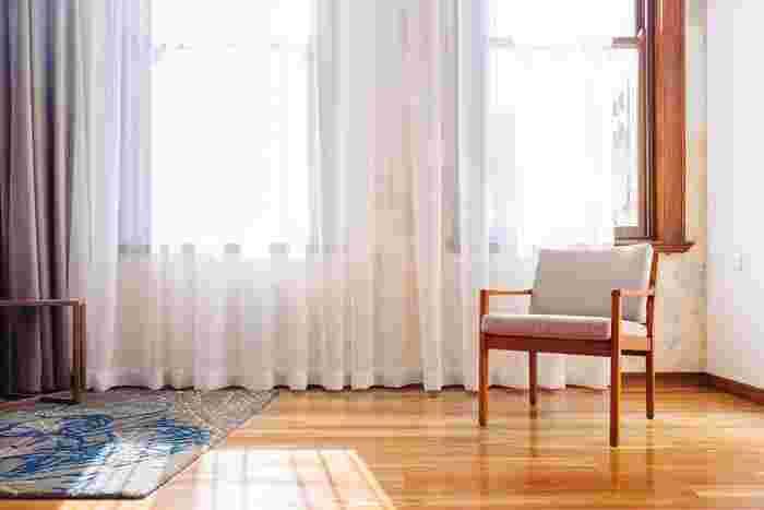 家具にとってカビと並んで大敵なのが、直射日光になります。外出の時はカーテンを閉めるようにしたり、布を一枚カバーしておくのもいいでしょう。