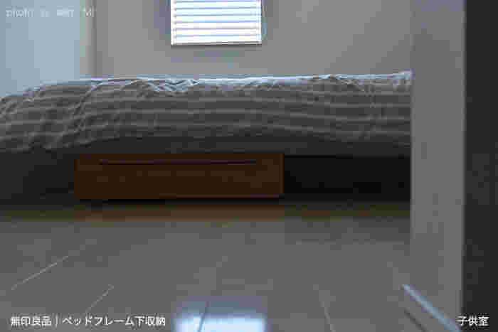 ものが散らかりがちで掃除が大変な子ども部屋。ベッド下のスペースも有効活用しましょう。無印良品の「ベッドフレーム下収納」は、キャスター付きなので掃除のときもラクラクです。