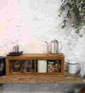 天然の木目模様が美しいキッチンキャビネット。前後から開くガラス扉付きなので、ホコリを避けたい大事なものを見せながら収納できます。
