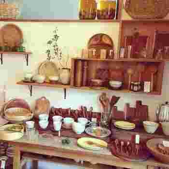 店内には、小鹿田焼(オリジナルオーダーのもの多数)や琉球ガラスコップ、伊賀焼の鍋、木製品のカトラリー、竹製のざる、かごなど、季節ごとに品ぞろえが変わっていきます。季節に合った食器を使うことで、お料理がよりおいしく感じられそうですね。