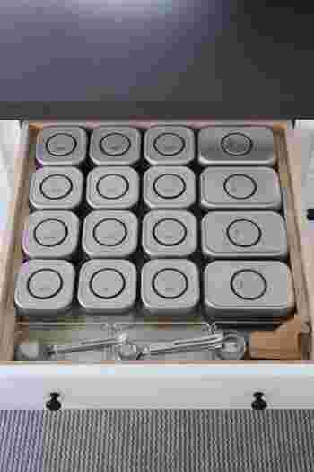 同じく調味料も調理台の引き出しにずらりと並べて収納している例がこちら。コンテナの蓋には、上から見ても中身がわかるようきちんとラベル付けされています。計量スプーンまで一緒に収納してあるのも便利!