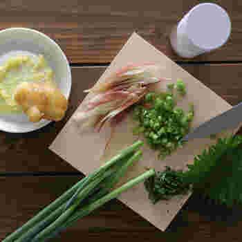 薬味を最大限に楽しむための道具「薬味おろし・スパイスミル・ひのき薬味まな板」の3点セット。すべて職人のこだわりと技が詰まった日本製です。本格的な道具がお手頃な価格でそろうのもうれしい◎。