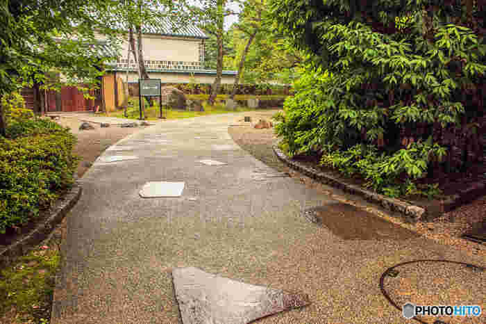 大原美術館の見所は、1.国内外の美術品約3500点にも及ぶ収蔵作品、2.本館、工芸・東洋館、分館の、特色ある建築様式とその装飾、3.敷地内の日本庭園「新渓園(しんけいえん)」です。