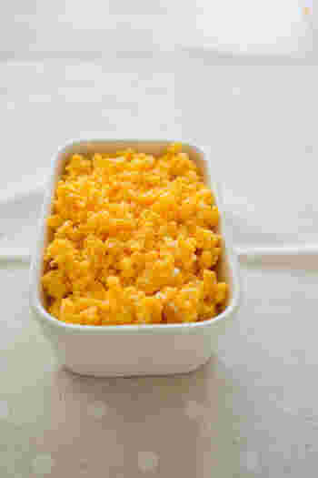 ほんのり甘みのある卵そぼろは、冷蔵庫にあると、とにかく便利!お子さまのそぼろご飯にのせたり、お料理のトッピングとして使うと、食卓が華やかに…。