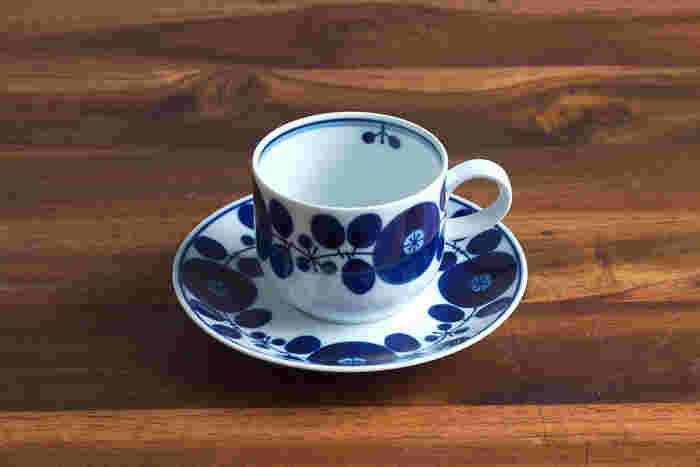 「白山陶器」のブルームは和食器の雰囲気と洋食器に通じるデザインが融合された一品。ブルー&ホワイトの爽やかさと華やかさが、毎日使いはもちろん、おもてなしの席には華を添えてくれそうです。