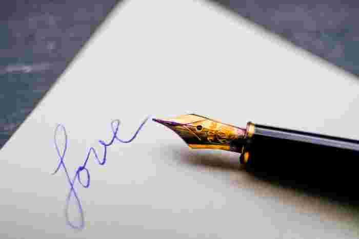 筆記具にこだわれば、メモする習慣が身につきやすくなります。デジタルで消えていく言葉ではなく、アナログでこころに丁寧に記すことが大切。  万年筆を使えば、インクの色にも変化をつけられます。目にも幸せがあふれるインクでお気に入りの言葉をいろどって。