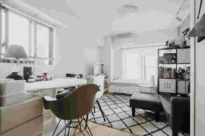 白と黒のモノトーンにこだわったお部屋のダイニングテーブルはお部屋の真ん中に配置。ダイニングテーブルを円形にすることで、圧迫感が出にくく、柔らかい印象を与えます。円形なのでイスがたくさん置くことができ、来客時にも便利です。