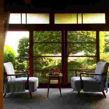 明るい光を取り込む大きな窓のそばに椅子が置かれた洋風のつくりですが、この手前は畳敷きの広い座敷になっています。