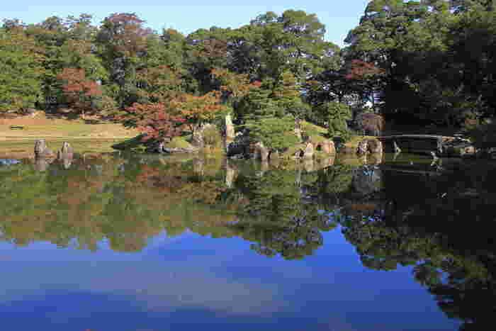 彦根市に位置する彦根城・玄宮園とは、天守が国宝に指定されている国の特別史跡・彦根城に隣接する大名庭園です。玄宮園は、隣接している楽々園と共に国の名勝に指定されており、四季折々で美しい景色を見せてくれます。