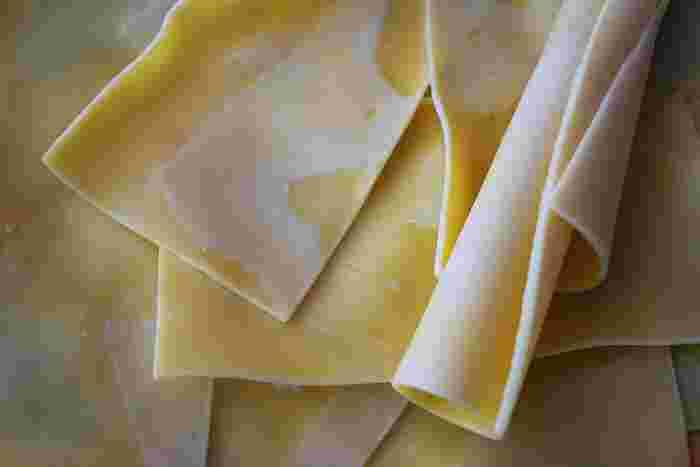 イタリアン料理としても知名度の高い「ラザニア」は、板状のパスタのこと。一般的には、ホワイトソースとミートソースをミルフィーユのように重ねて、オーブンで焼いて食べられることが多いですよね。イタリアでは、一般的な家庭料理なのだとか。