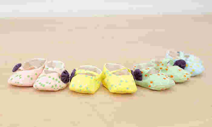 ファーストシューズは赤ちゃんにとって記念の一足。まだ歩き出す前から用意したいプレゼントです。こんなかわいいベビーシューズも手作りできるなんて素敵ですね。
