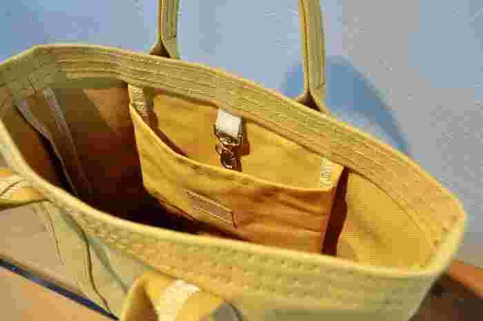中には小さなポケットやフックもついていて、小物も整理しやすい作りです。丁寧な縫製と作りの良さが内側を見ると伝わってきます。こちらもサイズはS・M・Lとなっています。