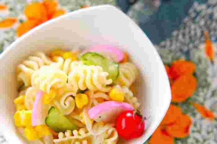 ピンクのかまぼこに黄色いコーン、赤いプチトマトなど。たくさんの野菜を使った彩豊かなマカロニサラダです。甘酢のさっぱりした味付けでどんな料理にも合うので、洋食・和食どちらのお弁当にもおすすめです。玉ねぎは布巾で包んで塩もみすると、独特の辛味が程よく抜けてマイルドになるそうですよ。