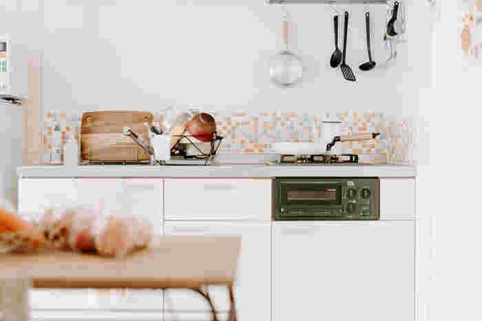 100均で販売されているタイルシートは、なるべくお金をかけずにDIYしたい時の頼もしい味方。カラフルなタイルシートを貼ると、キッチンが明るい印象になりますね!料理がもっと楽しくなりそう♪