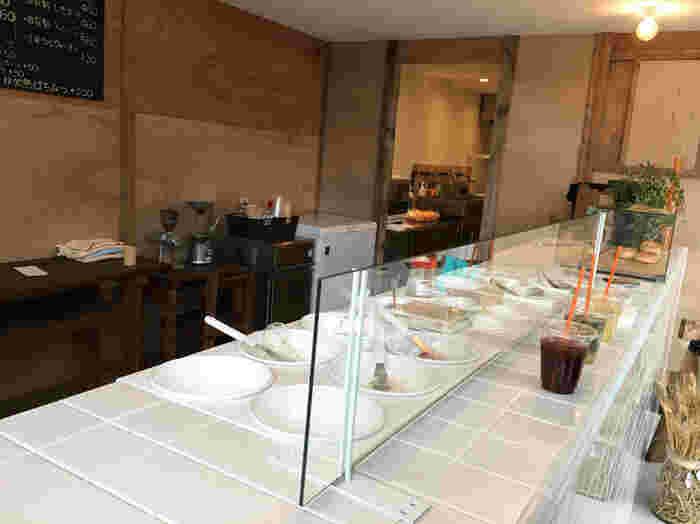 真っ白なタイル張りのカウンターがスタイリッシュな店内。外壁が透明なので、店内には自然光が差し込んでとても明るい空間です。