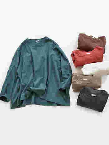 やや広めの首元と裾のフレアーシルエットがリラックス感あるmaillot(マイヨ)の長袖Tシャツ。緩すぎないラフさ加減が絶妙で、こなれた雰囲気を醸し出します。秋らしい落ち着いたカラーバリエーションも魅力的です。