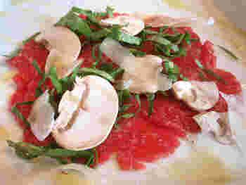 「山形牛のカルパッチョ」 スライスされたマッシュルームも新鮮そのもの。