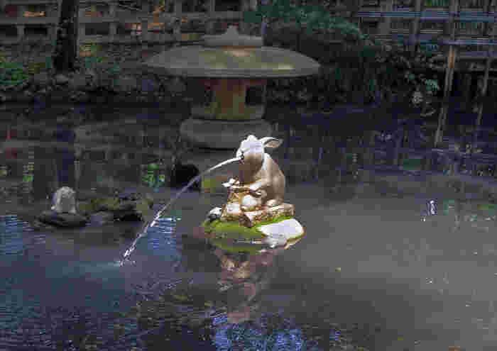 神池にもうさぎがちょこんと座っています。たくさんのうさぎを見つけたら、幸運を呼び寄せてくれそうですね。