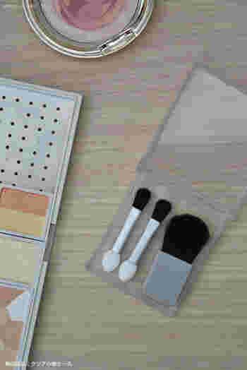 58×67×11mmと、とてもコンパクトな無印良品のクリア小物ケース。携帯用のコンパクトなブラシやチップなどをひとまとめにして、ポーチに入れておくとポーチの中を汚すことなく収納でき便利です。