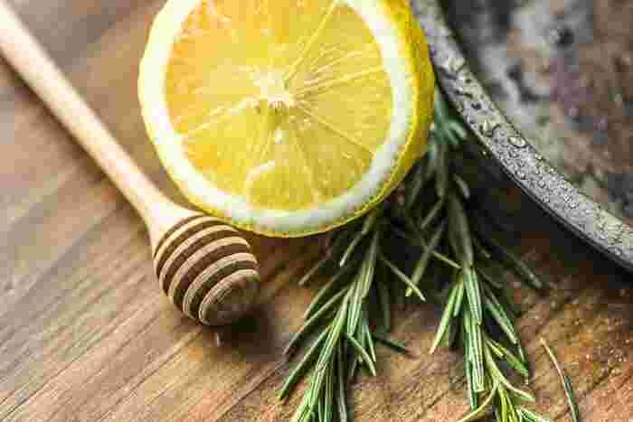 レモンを使ったおかずとお菓子のレシピはいかがでしたか?様々なジャンルのお料理と相性抜群のレモンは、これからやって来る暑い季節にぴったりの食材。レモンの甘酸っぱさと爽やかな香りは、食卓にあるだけで、気分までリフレッシュ、清々しい気分にさせてくれます。食欲が無い時、バテ気味の時、レモンを上手にお料理に取り入れて、食卓に爽やかさをプラスしてみませんか!