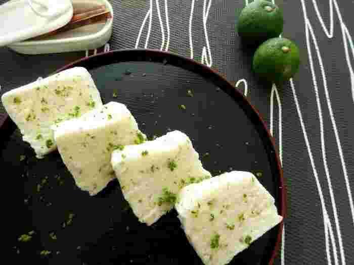 みなさんは「かるかん」ってご存知ですか?九州鹿児島のお菓子として有名なのですが、生地に山芋が入っていて生地ももっちりとした食感。スダチのみずみずしい香りも加えて、夏らしく。電子レンジひとつで簡単に作れるのもうれしいですね。