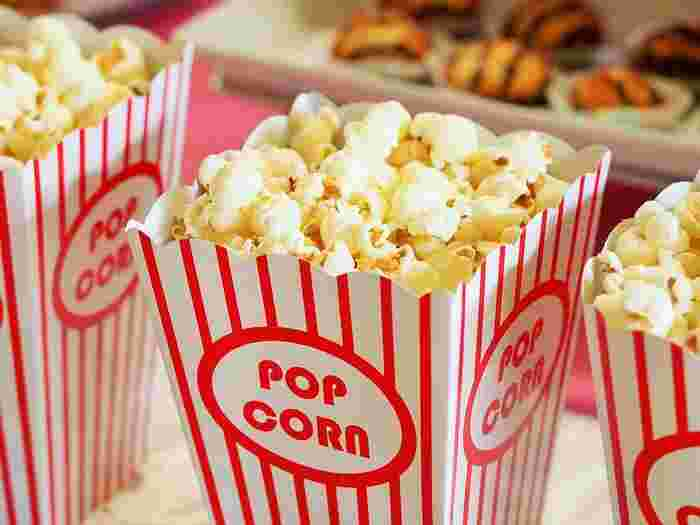 映画館で食べるポップコーンやチュロス、ホットドッグなども特別感があるものです。映画館のスナック類も昔より美味しくなっているんですよ!