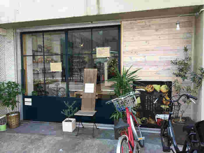 日比谷線の入谷駅から徒歩6分、浅草駅から徒歩8分ほどの住宅街にある「Guruatsuぐるあつ」は、お豆腐マフィン&豆乳スコーンの専門店。スタイリッシュでおしゃれな外観は、思わず入ってみたくなりますね。