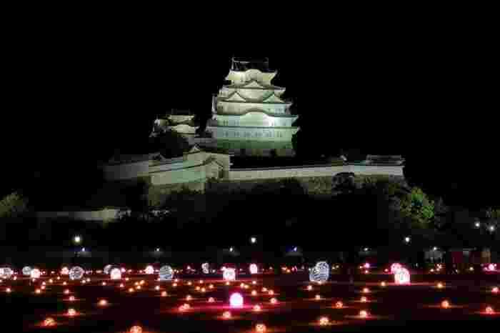夜になると姫路城大天守と小天守はライトアップが施されます。漆黒の夜空に、白亜の城が浮かび上がる様は幻想的で、いつまで眺めていても飽きることはありません。