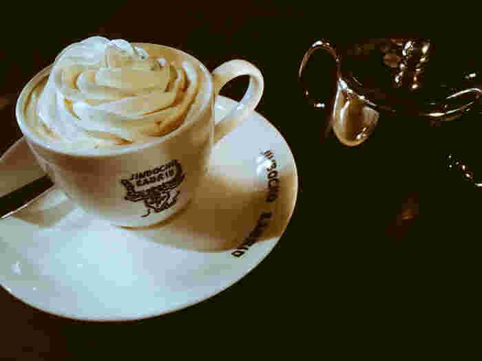 ラドリオは、日本で初めてウインナーコーヒーを出したお店。たっぷりとのせられたクリームが溶けるのを待ちながら、ゆっくり楽しむのだそうです。