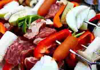 BBQの主役、肉料理をアウトドアらしく豪快に!牛かたまり肉を切り分けたものを、野菜とともに串焼きにするのもおすすめです。彩りもきれいで食欲をそそりますね。みんなで元気にかぶりつきましょう!