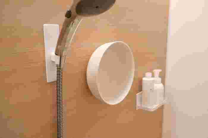洗面桶も直置きせず、吊り下げておきましょう。良品生活さんはマグネットタイプの桶を愛用しており、これならスッキリして、お風呂掃除も楽そうですね。