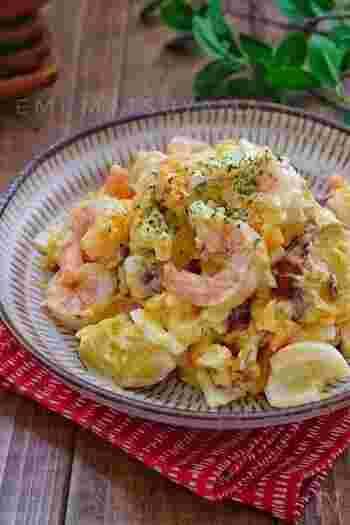 プリプリの海老とゆで卵が入ったボリューム満点のおかずサラダ。豪華で見栄えもするうえに食べ応えたっぷりなので、おもてなしランチとして、パンを添えていただくのも良いかも。