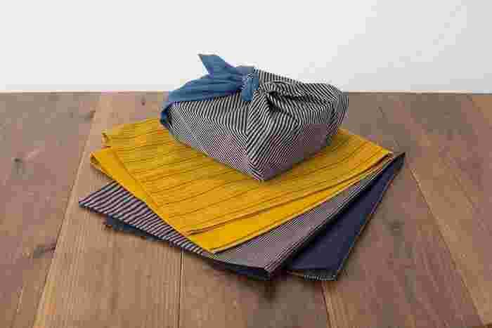丈夫な会津木綿の風呂敷は用途が広く、バッグにしたり瓶などを包むのにもぴったり。使うほどに柔らかくなり吸収性にも優れています。家庭で気軽にお洗濯できるので普段使いにおすすめ。