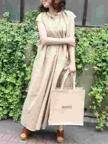 ストンと一枚で着るだけでサマになるワンピースも、ベージュを選べばやわらかな女性らしい着こなしに。 シューズは、がっしりとしたサンダルを合わせてメリハリをプラス。レギンスを合わせても素敵に着こなせそうです。